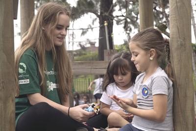 Volontaria in Costa Rica gioca con i bambini