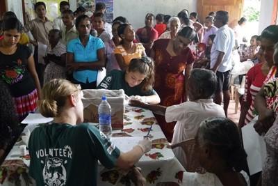 Volontari controllano lo stato di salute dei pazienti in Sri Lanka