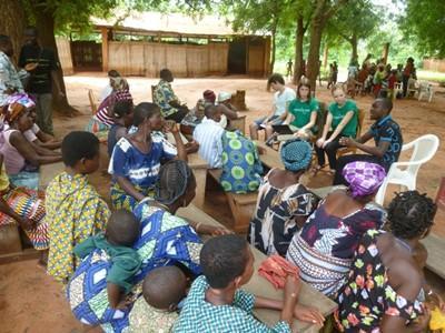 Volontari per i Diritti Umani in Togo durante una riunione in un villaggio