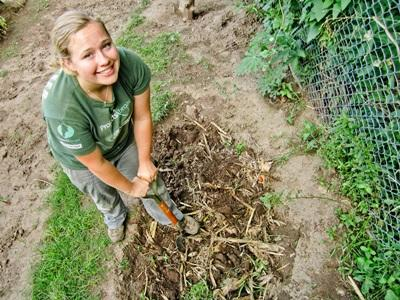 Una volontaria si occupa di un orto a Cordoba