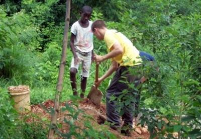 Un volontario coltiva un orto biologico in Giamaica