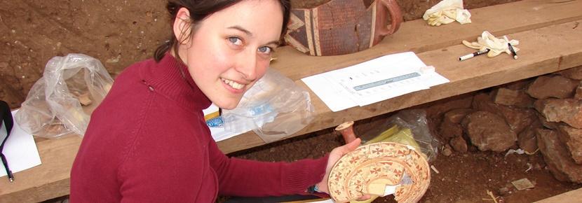 Una volontaria occupata in attività di scavi durante il suo stage archeologico all'estero