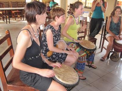 Volontari durante una lezione di musica in Togo