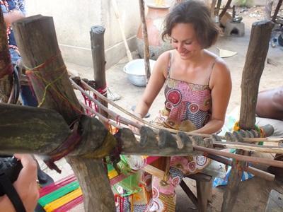 Una volontaria apprende le tecniche di artigianato locale a Lomè