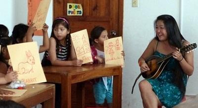 Una classe del progetto arte e cultura durante una lezione di musica in Equador