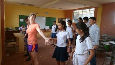 Una volontaria insegna danza agli alunni del progetto arte e cultura in Ecuador