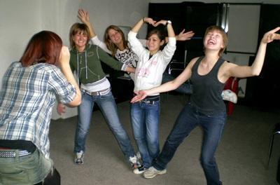 I volontari di Projects Abroad durante una lezione di danza in Romania