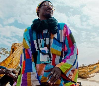 Un artista senegalese partecipa al progetto di volontariato culturale in Senegal