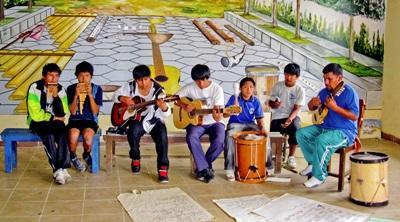 Una lezione di musica per i bambini del progetto di volontariato culturale in Bolivia