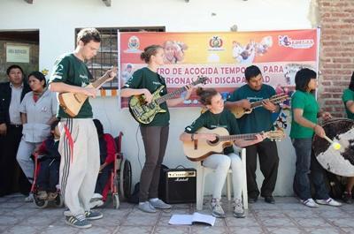 Alcuni volontari del progetto di volontariato culturale durante una lezione di musica in Bolivia