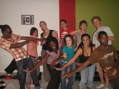 Progetto di musica in Giamaica: Volontari ballano durante una lezione di danza raggae