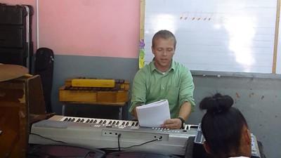 Volontario al pianoforte insegna musica in Giamaica in una scuola locale