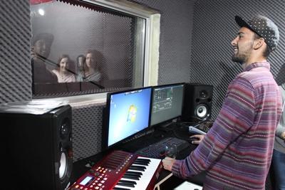 Uno stagista del progetto di Produzione Discografica impegnato durante le registrazioni a Cape Town, Sudafrica