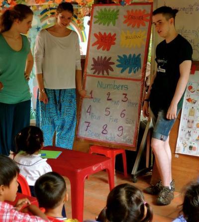 I volontari di projectsAbroad lavorano in un centro diurno in Cambogia