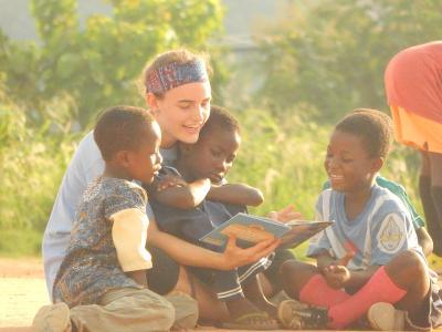 I volontari del campo di umanitario in Ghana sono coinvolti in giochi, attività educative e di lettura