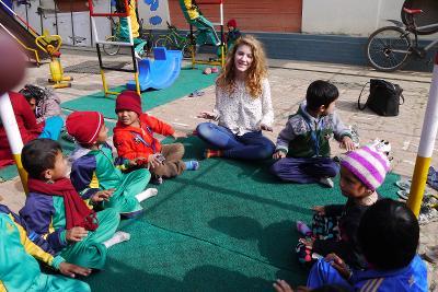 In Nepal ivolontari di ProjectsAbroad del campo umanitario sono coinvolti in attività e giochi con I bambini