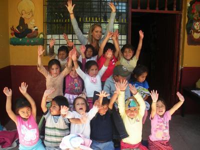 Una volontaria di ProjectsAbroadcon i bambini di un asilo in Perù