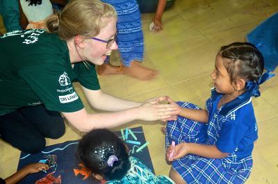 Una volontaria di Projects Abroad gioca con i bambini dell'asilo di Sambuddhaloka in Sri Lanka