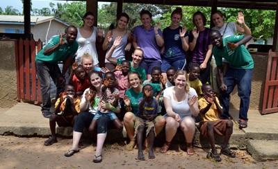 Volontari medici in una scuola in Ghana