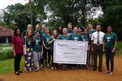 I volontari del campo di natale in Sri Lanka durante la visita ad una comunità vicino a Colombo