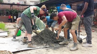 Volontari in azione per ricostruire scuole in Nepal