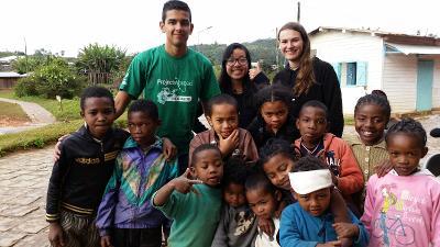 I volontari di Projects Abroad in compagnia dei bambini della comunità di Andasibe