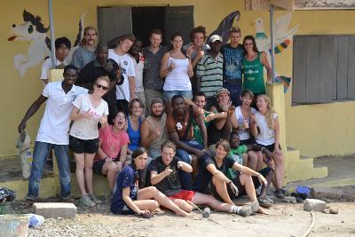 Un gruppo di volontari di ProjectsAbroad impegnati nella ristrutturazione di una scuola in Ghana