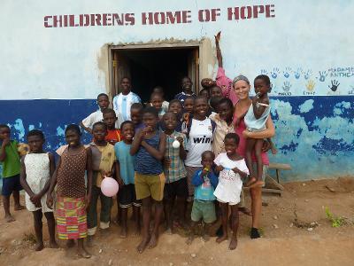 Una volontaria di ProjectsAbroad in ghana con un gruppo di bambini