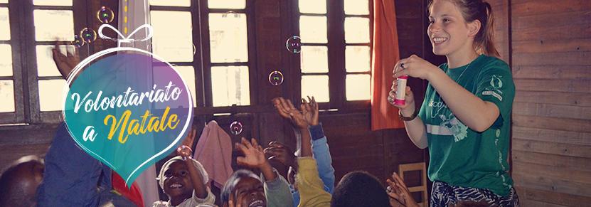 Una volontaria di Projects Abroad gioca con i bambini in Africa