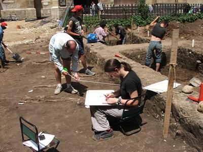 Volontari del campo di archeologia in Romania durante gli scavi