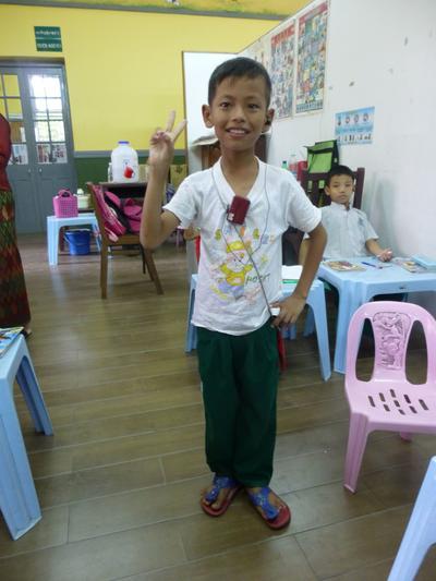 Un bambino della scuola per sordi in Birmania fa pratica con il linguaggio dei segni