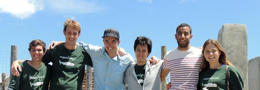 Un gruppo di volontari del campo di costruzioni in Sudafrica