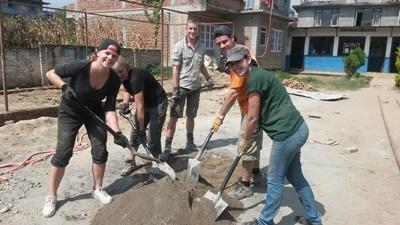Un gruppo di volontari del progetto di ricostruzione in Nepal