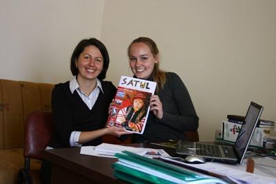Campo di orientamento al giornalismo in Romania, una volontaria posa con la responsabile