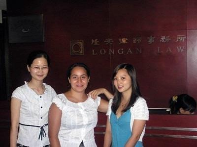 Campo estivo in legge in Cina, le volontarie posano per una foto