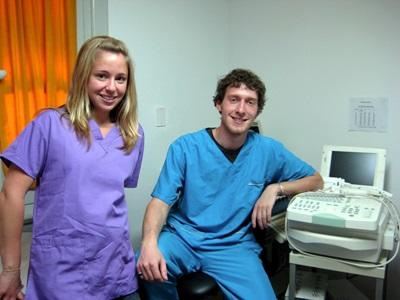 Volontari in servizio durante uno stage in medicina in Argentina