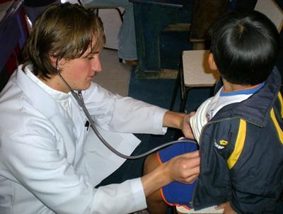 Studente di medicina visita un bambino in Bolivia