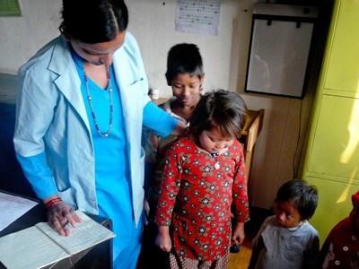 Katmandu, una volontaria del campo di orientamento alla medicina con dei piccoli pazienti