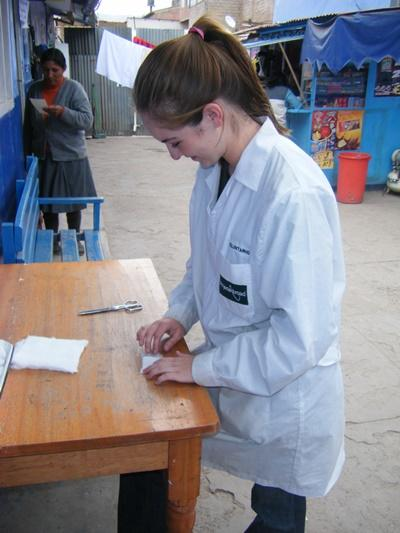 Una volontaria prepara medicazioni per il campo di orientamento alla medicina in Perù