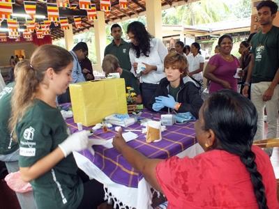 Volontaria durante il progetto di medicina in Sri Lanka