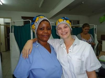 Tanzania, una volontaria posa con un'infermiera dello staff