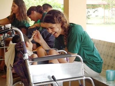 Cambogia, una volontaria durante uno stage di orientamento alla medicina