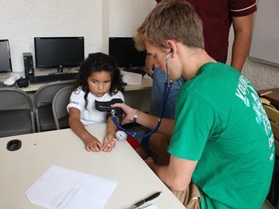 Un volontario cura una bambina in Messico