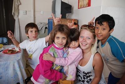Una volontaria intrattiene alcuni bambini durante un campo umanitario in Argentina