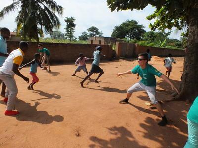 I volontari di ProjectsAbroad impegnati in attività con I bambini in Senegal