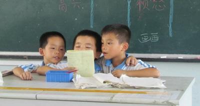 Alcuni bambini durante una lezione tenuta dai volontari del campo umanitario in Cina