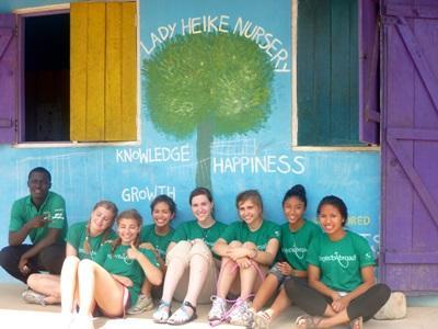 Un gruppo di giovani volontari del campo umanitario in Ghana