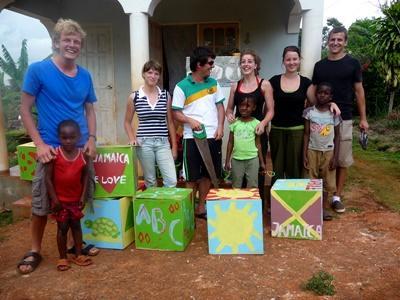 I volontari del campo umanitario posano con i bambini di una scuola locale in Giamaica