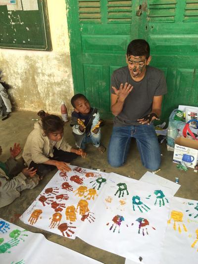 Un volontario di Projects Abroad durante le attività con I bambini in Madagascar