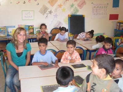 Una volontaria intrattiene dei bambini in una scuola in Marocco